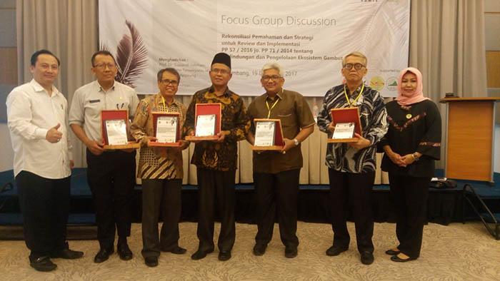 Para pembicara dalam Forum Diskusi Grup sepakat PP Gambut mesti direvisi karena merugikan kepentingan rakyat.