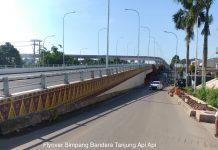 Pembangunan flyover bertujuan mengurai kemacetan di persimpangan sebidang akibat volume kendaraan yang tinggi.