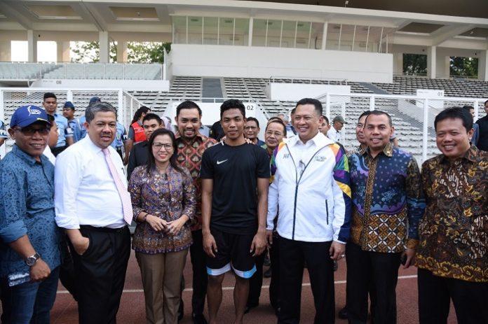 Ketua DPR RI Bambang Soesatyo (ketiga dari kanan) bersama rombongan menemui Muhammad Zohri (tengah) saat meninjau kesiapan kompleks Gelora Bung Karno (GBK). Foto : Istimewa