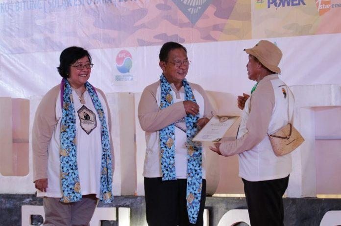 Menteri LHK Siti Nurbaya dan Menko Bidang Perekonomian Darmin Nasution memberi penghargaan pada insan-insan yang aktif dalam usaha konservasi alam. Foto : Kementerian LHK