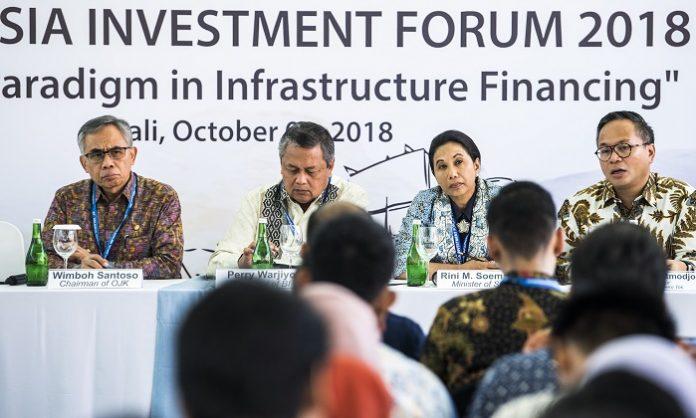 Menteri BUMN Rini Soemarno (kedua kanan) senang karena BUMN mampu menggaet investor di acara IMF-World Bank 2018. Foto : Beritagar