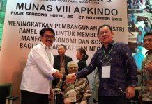 Mantan Ketua Umum APKINDO 2001-2006 Martias (kanan) memberikan selamat kepada Bambamg Soepianto yahg terpilih secara aklamasi menjadi Ketua Umum APKINDO periode 2018-2023. Foto : Istimewa