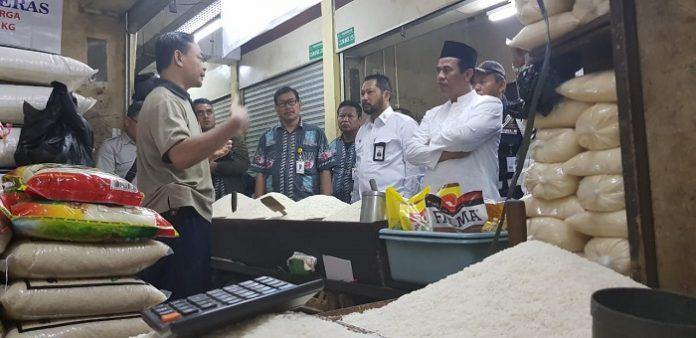 Menteri Pertanian Andi Amran Sulaiman (paling kanan) dan Dirut BULOG Budi Waseso melakukan sidak guna memastikan stok beras aman dan harganya tidak naik. Foto : Kementan