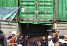 Aparat Direktorat Pencegahan dan Pengamanan Hutan (Dir PPH), Direktorat Jenderal Penegakan Hukum (Dirjen Gakkum) Kementerian Lingkungan Hidup dan Kehutanan (KLHK) bersama Balai Gakkum KLHK Wilayah Jabalnusra serta didukung oleh Komando Armada II (Detasemen Intelijen) menyita kayu ilegal asal Papua dari dua penadah di Surabaya, Gresik, serta Pasuruan. Foto : KLHK