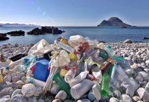 Sampah plastik bisa dijadikan bahan baku industri yang punya nilai jual. Foto : Pemburu Ombak