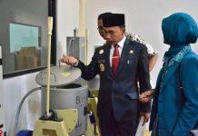 Bupati Batang Wihaji meninjau kesiapan pabrik cokelat yang akan diresmikan Presiden Joko Widodo. Foto : Sindonews