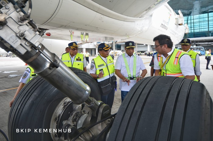Menteri Perhubungan Budi Karya Sumadi (kedua dari kanan) menyatakan bahwa Kemenhub sudah melakukan verifikasi penerbangan pada maskapai dan melakukan inspeksi-inspeksi ke berbagai bandara demi melayani penumpang pada saat Natal dan Tahun Baru 2019. Foto : Kemenhub