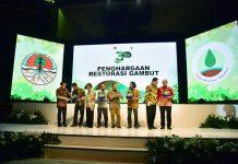 Kementerian Lingkungan Hidup dan Kehutanan dan Badan Restorasi Gambut memberikan penghargaan kepada para penggiat pelestarian lahan gambut dalam Peringatan Tiga Tahun Badan Restorasi Gambut (BRG). Foto : KLHK