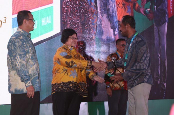Menteri Lingkungan Hidup dan Kehutanan Siti Nurbaya Bakar menyerahkan angugerah PROPER Emas dan PROPER Hijau kepada perusahaan-perusahaan yang menaati aturan dan mampu berinovasi untuk pelestarian lingkungan. Foto : Jos/tropis.co