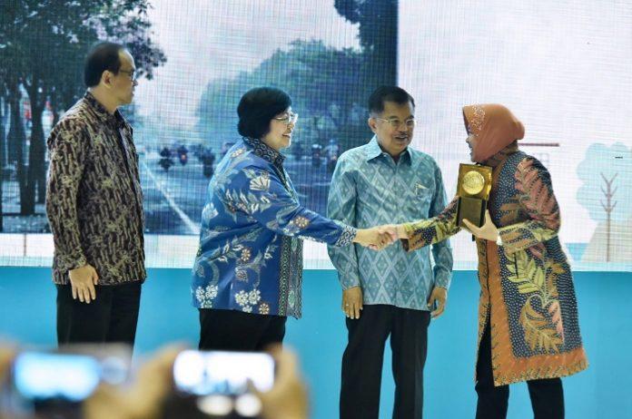 Wali Kota Surabaya Tri Rismaharini menerima anugerah Adipura dan Nirwasita Tantra dari Wakil Presiden Jusuf Kalla dan Menteri Lingkungan Hidup dan Kesehatan Siti Nurbaya. Foto : KLHK