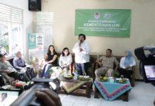 Menteri Lingkungan Hidup dan Kehutanan Siti Nurbaya berdialog dengan masyarakat korban tsunami yang tinggal di desa penyangga Taman Nasional Ujung Kulon (TNUK). Foto : Suara45.Com