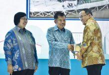 Wakil Presiden Jusuf Kalla didampingi Menteri Lingkungan Hidup dan Kehutanan Siti Nurbaya memberikan Penghargaan Adipura dan Penghargaan Nirwasita Tantra kepada para kepala daerah. Foto : KLHK