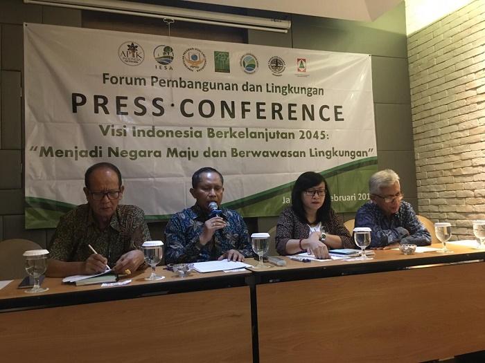 Mahawan Karuniasa (kedua dari kiri), Dosen Ilmu Lingkungan Universitas Indonesia sekaligus Ketua Umum Ahli Perubahan Iklim dan Kehutanan Indonesia (APIK Indonesia Network), mengingatkan bahwa masa depan Indonesia dihadapkan pada tantangan sumber daya alam yang terbatas, jumlah penduduk yang terus meningkat, dan teknologi ramah lingkungan. Foto : Istimewa