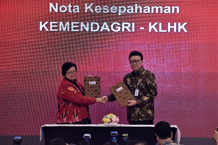 Menteri Lingkungan Hidup dan Kehutanan Siti Nurbaya dan Menteri Dalam Negeri Tjahjo Kumolo tandatangani Nota Kesepahaman (MoU) untuk saling bersinergi terkait pemanfaatan data kependudukan dan Kartu Tanda Penduduk Elektronik (e-KTP) untuk untuk menunjang kinerja KLHK. Foto : KLHK
