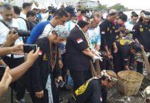 Menteri Lingkungan Hidup dan Kehutanan Siti Nurbaya turut serta dalam kegiatan Coastal Clean Up di pantai pelabuhan Kota Cirebon. Foto : AyoBandung.com