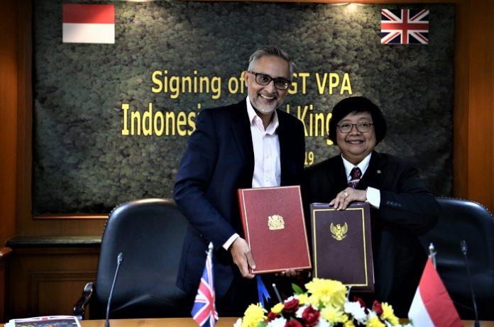 Menteri Lingkungan Hidup dan Kehutanan RI Siti Nurbaya dan Duta Besar Inggris untuk Indonesia, Moazzam Malik menandatangani persetujuan Forest Law Enforcement Governance and Trade Voluntary Partnership Agreements (FLEGT VPA). Foto : KLHK