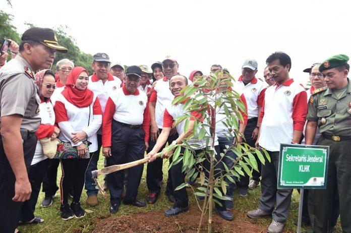 Sekretaris Jenderal Kementerian Lingkungan Hidup dan Kehutanan (KLHK), Bambang Hendroyono, secara simbolis melakukan penanaman pohon. Foto : KLHK