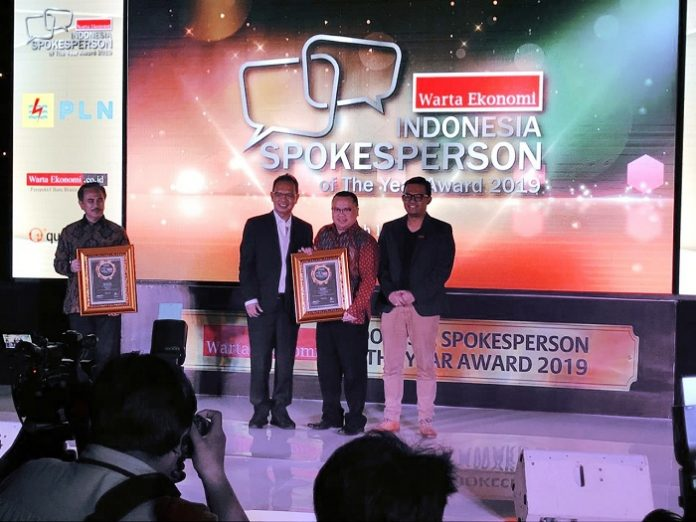 Vice President Of Communications PT Astra Agro Lestari Tofan Mahdi raih penghargaan Spokeperson Of The Year 2019 versi Majalah Warta Ekonomi. Foto : Istimewa