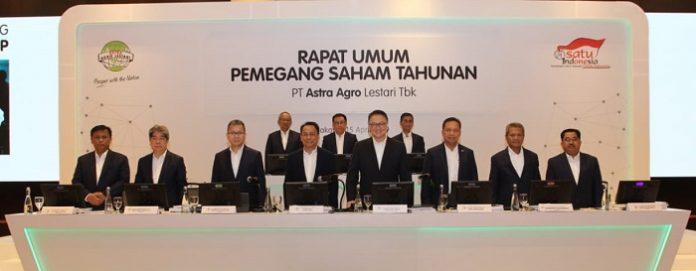 RUPST 2019 PT Astra Agro Lestari Tbk (bagian depan dari kiri ke kanan) : M Hadi Sugeng Wahyudiono, Handoko Pranoto, Mario C.S Gultom, Santosa Tarmudji, Nico Tahir, Joko Supriyono, Bambang Wijanarko, dan Rujito Purnomo. Foto : Astra Agro