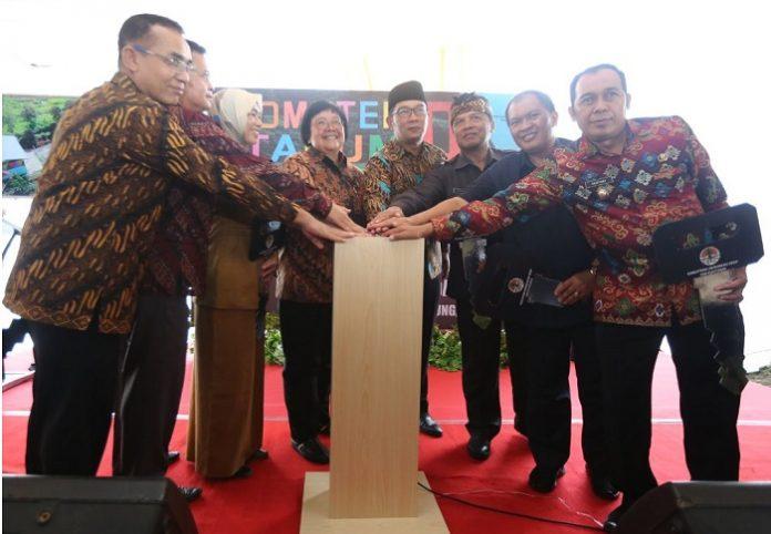 Menteri Lingkungan Hidup dan Kehutanan (LHK) Siti Nurbaya (keempat dari kiri) mengajak masyarakat untuk ikut mengurangi dan mengelola sampah di DAS Citarum. Foto : AyoBandung.com