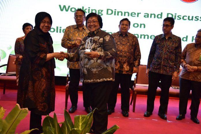 Wali Kota Surabaya Tri Rismaharini memberikan cindera mata pada Menteri LHK Siti Nurbaya.