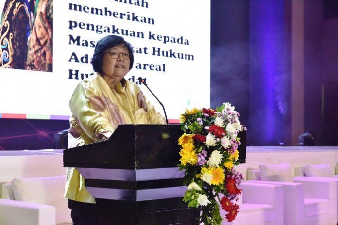 MenteriLingkungan Hidup dan KehutananSiti Nurbaya mendatangani SK PetaHutan Adat dan Wilayah Indikatif Hutan Adat Fase Pertama untuk lahan seluas 472.981 hektare . Foto : KLHK