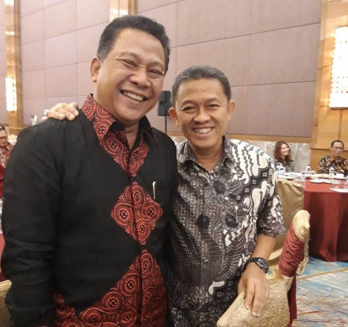 Direktur PT Sapatim Edy Paramudja (kiri) bersama Direktur Hutan Tanaman Industri ( HTI) Isnanto berfoto besama saat sosialisasi Silvikultur Intensif di Jakarta, Foto : Istimewa