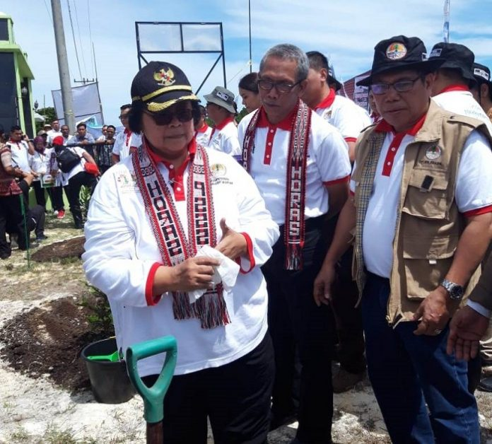 Menteri Lingkungan Hidup dan Kehutanan Siti Nurbaya seusai melakukan penanaman kacang macadamia sempat memberikan arahan kepada Plt Dirjen PDASHL Hoedojo Oerip dan Direktur Pembibitan Mintarjo. Foto : KLHK