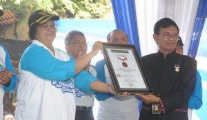 Menteri Linngkungan Hidup dan Kehutanan Siti Nurbaya menerima sertifikat Rekor Nasional MURI karena kegiatan Bebersih Ciliwiung 2019 mencatat rekor aspek jumlah komunitas yang terlibat dan panjang sungai yang dibersihkan. Foto : KLHK