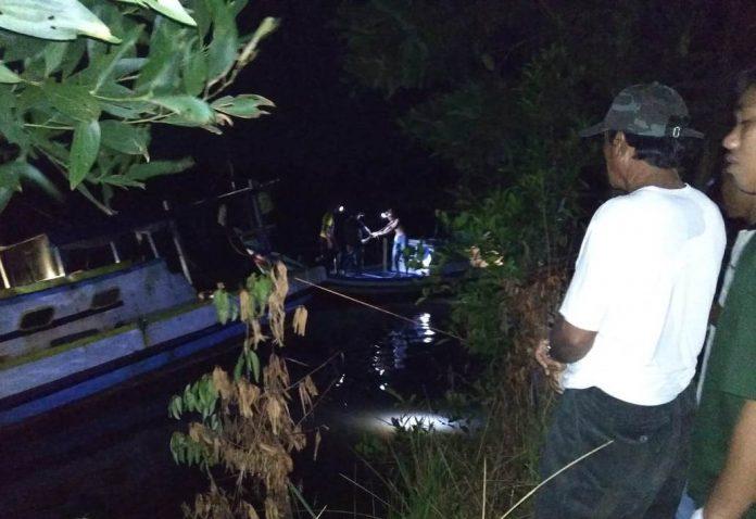 Warga masih mencari tubuh korban yang hilang diterkam buaya di Sungai Lenggang, Belitung Timur. Foto : Istimewa