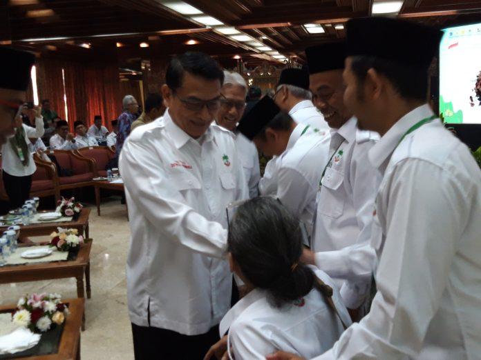 Kepala Kantor Sekretariat Kepresidenan (KSP) Moeldoko melantik pengurus Apkasindo di Manggala Wanabakti. Foto : Istimewa