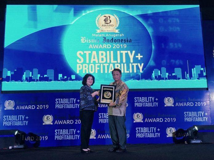 Presiden Direktur Bisnis Indonesia Grup Lulu Terianto memberikan plakat penghargaan kepada Direktur Astra Agro, M Hadi Sugeng. Foto : Astra Agro