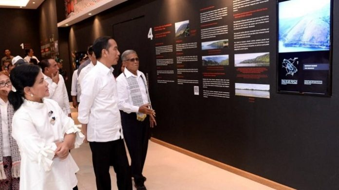 Presiden Joko Widodo bersama Ibu Negara Iriana Joko Widodo menyambangi Taman Bumi (Geopark) Kaldera Toba di Desa Sigulatti, Kabupaten Samosir, Sumatera Utara. Foto : Setneg