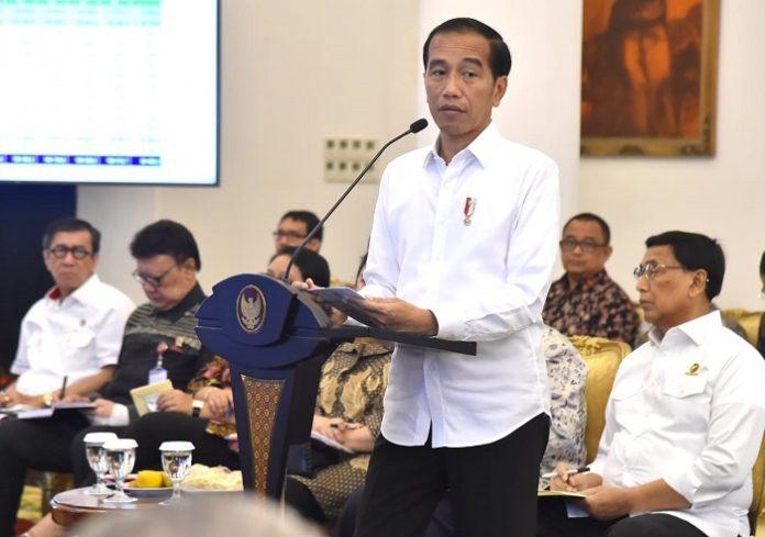 Presiden Joko Widodo mengingatkan para menterinya untuk bisa mempermudah izin usaha, khususnya untuk investasi yang berkaitan dengan ekspor maupun barang-barang substitusi impor. Foto : Setpres