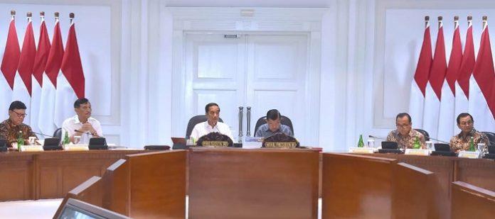 Presiden Joko Widodo memimpin rapat terbatas dan akan mengawal langsung pembangunan PLTSa pada sejumlah kota atau provinsi prioritas, yakni Surabaya, Bekasi, Solo, Jakarta, dan Bali. Foto : Setpres