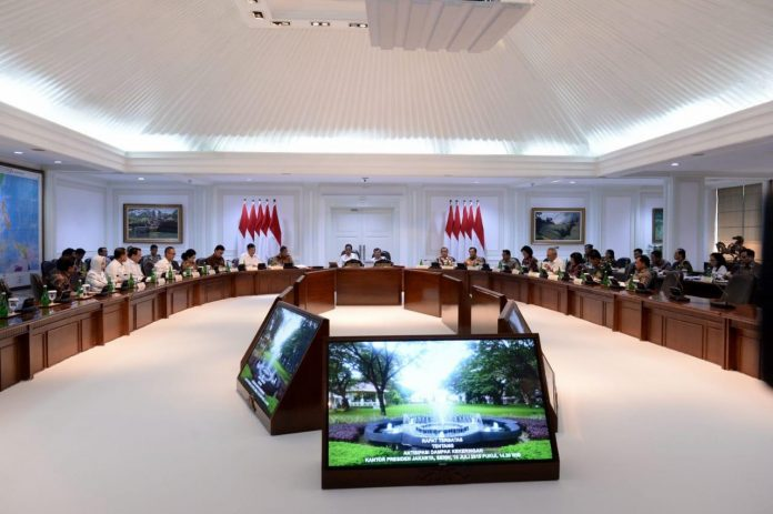 Presiden Jokowi, dalam rapat terbatas di Kantor Presiden, mengingatkan agar untuk mengantisipasi kemarau tahun ini yang lebih panjang. Foto : Setpres
