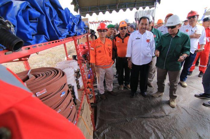 Kepala Dinas Perkebunan Provinsi Kalimantan Timur Ujang Rahmad (baju oranye) memantau kelengkapan perangkat pemadam yang dimiliki PT BIM. Foto : PT BIM