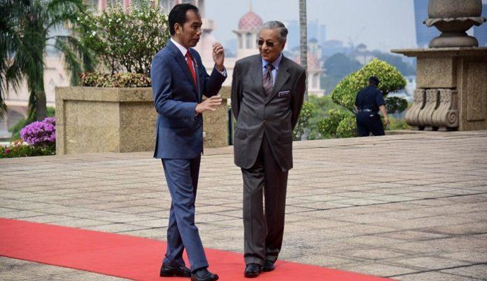 Presiden Joko Widodo dan Perdana Menteri Malaysia Mahathir Mohammad membahas masalah sawait secara serius. Foto : Liputan 6