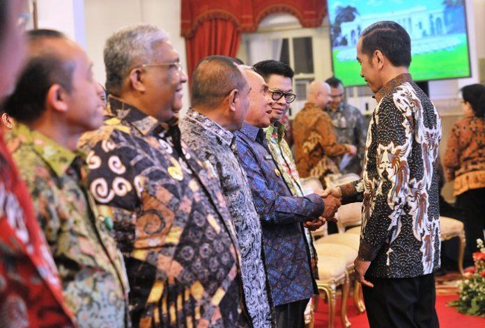 Presiden Joko Widodo eminta Bupati-Bupati yang memiliki lahan yang bisa dikerjakan secara bukan manual lagi, agar meminta bantuan ke Kementerian Pertanian setiap tahun bantuannya banyak, untuk alat-alat seperti itu. Foto : Setkab