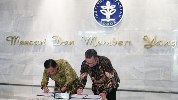 Joko Supriyono, Ketua Umum Gabungan Pengusaha Kelapa Sawit Indonesia (kiri) dan Dr. Arif Satria, SP, M.Si, Rektor Institut Pertanian Bogor (kanan) menandatangi nota kesepahaman di Gedung Andi Hakim Nasoetion, Bogor, Selasa (10/10/19). Foto : Gapki