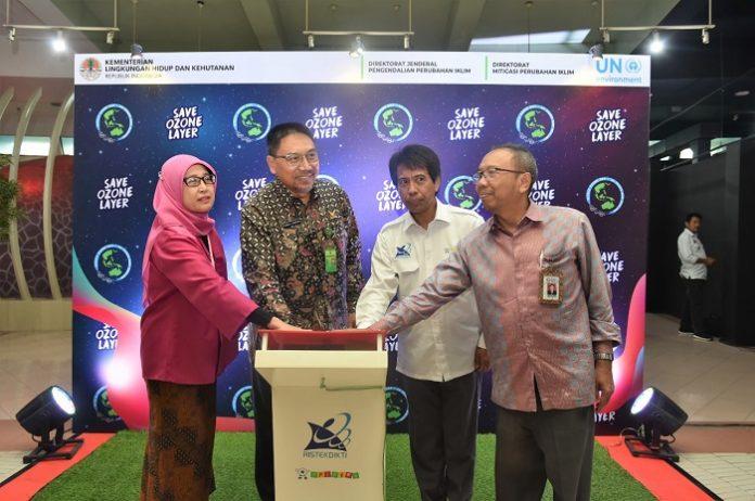 Direktur Jenderal Pengendalian Perubahan Iklim KLHK, Ruandha Agung Sugardiman (kedua dari kiri), meresmikan Pengembangan Wahana Ozon di Pusat Peragaan Ilmu Pengetahuan dan Teknologi (PP IPTEK), Taman Mini Indonesia Indah (TMII), Jakarta. Foto : KLHK