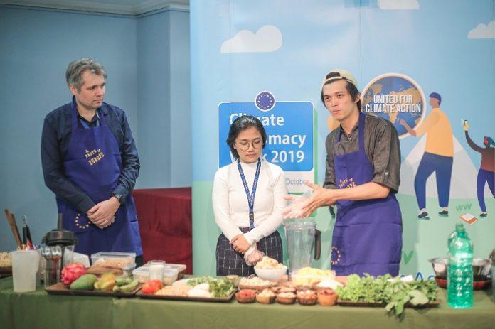 Michael Bucki, Konselor Perubahan Iklim dan Lingkungan Delegasi Uni Eropa untuk Indonesia, bersama Max Mandias, Co-Founder dan Executive Chef Burgeens, melakukan demo masak. Foto : EUPOP Indonesia
