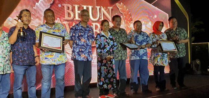 Menteri BUMN Rini Soemarno menyerahkan penghargaan kepada jajaran Perum Jamkrindo. Foto : Istimewa