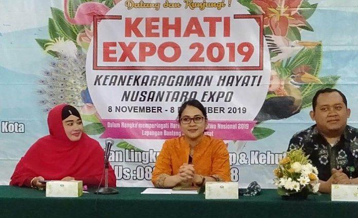 Kepala Bagian Penyajian dan Pelayanan Informasi Publik Nuke Mukitania (di tengah), mewakili Kepala Biro Humas KLHK, memberikan keterangan pers terkait penyelenggaraan Hayati Nusantara Expo 2019. Foto : KLHK