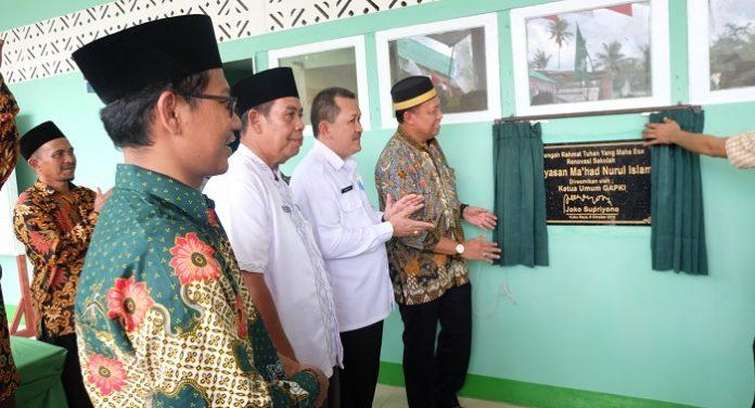 Ketua Umum Gapki Joko Supriyono meresmikan sekolah di perkebunan yangtelah dibantu lewat dana CSR. Foto : Istimewa