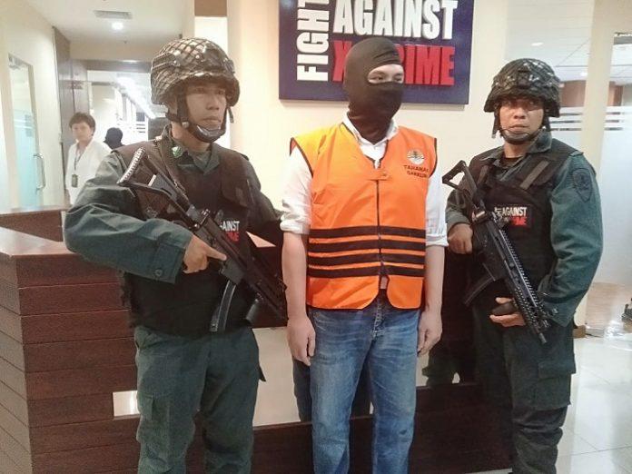 Salah satu tersangka WNA asal Singapura bakal menjalani hukuman karena memasukkan sampah B3 tanpa izin. Foto : KLHK