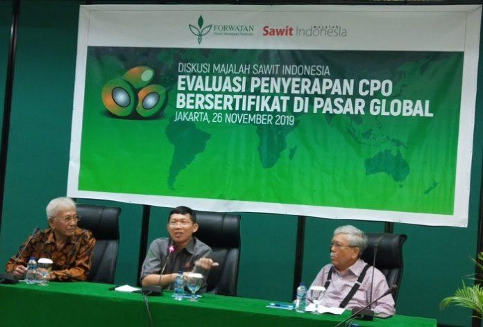 Pengamat industri kelapa sawit Maruli Gultom (paling kiri) dan Prof. Bungaran Saragih (ketiga dari kanan), Menteri Pertanian periode 2000-2004, sepakat kepentingan petani dan industri sawit Indonesia selalu berusaha memenuhi standar RSPO yang dimiinta pasar. Foto : Wisesa/tropis.co