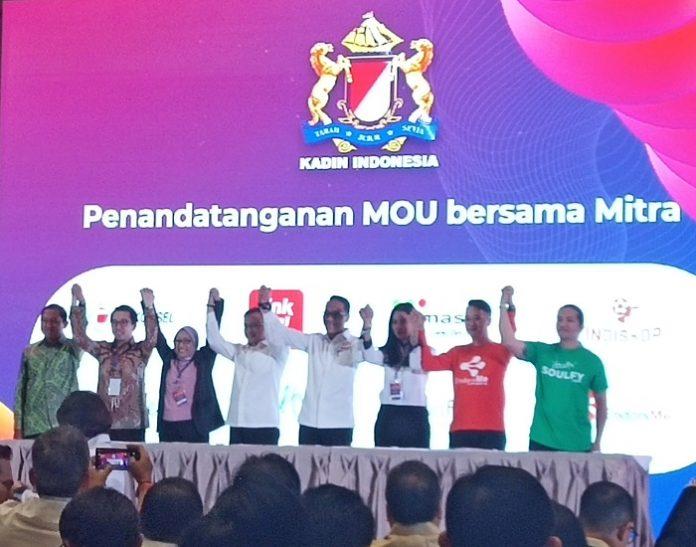 Kadin Indonesia melakukan penandatangan MoU dengan berbagai mitra seperti Telkomsel, LinkAja, MASTEL, Indiskop, Agile, Soulfy, Smart FM, dan EndorsMe guna merealisasikan berbagai program untuk mendorong SDM unggul di sektor industri kreatif. Foto : Wisesa/tropis.co