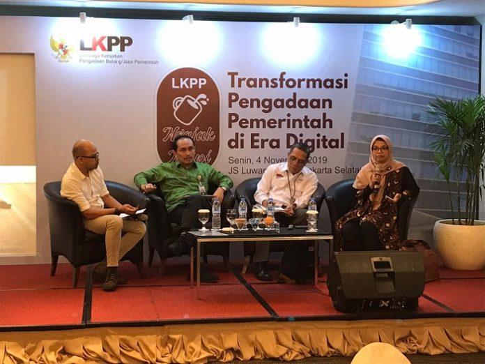 Kepala LKPP Roni Dwi Susanto (kedua dari kiri) memberikan keterangan pers. Foto : LKPP