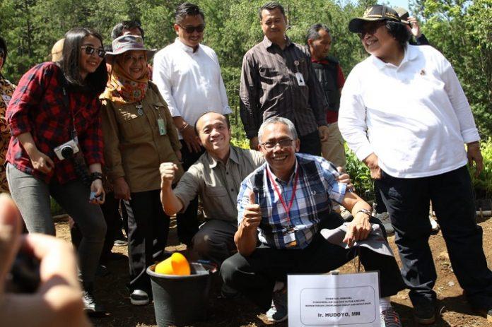 Menteri LHK Siti Nurbaya (paling kanan) saat berada di.lokasi pembibitan Petak 46 KPH pekalongan Besar. Foto : KLHK